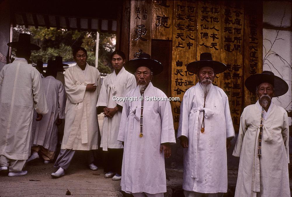 Kenjung yuedo confucianist traditional association in  Seoul  Korea   centre Kenjung yuedo. association confucéenne. a  Namwon  coree  ///R20131/    L0006889  /  R20131  /  P104952