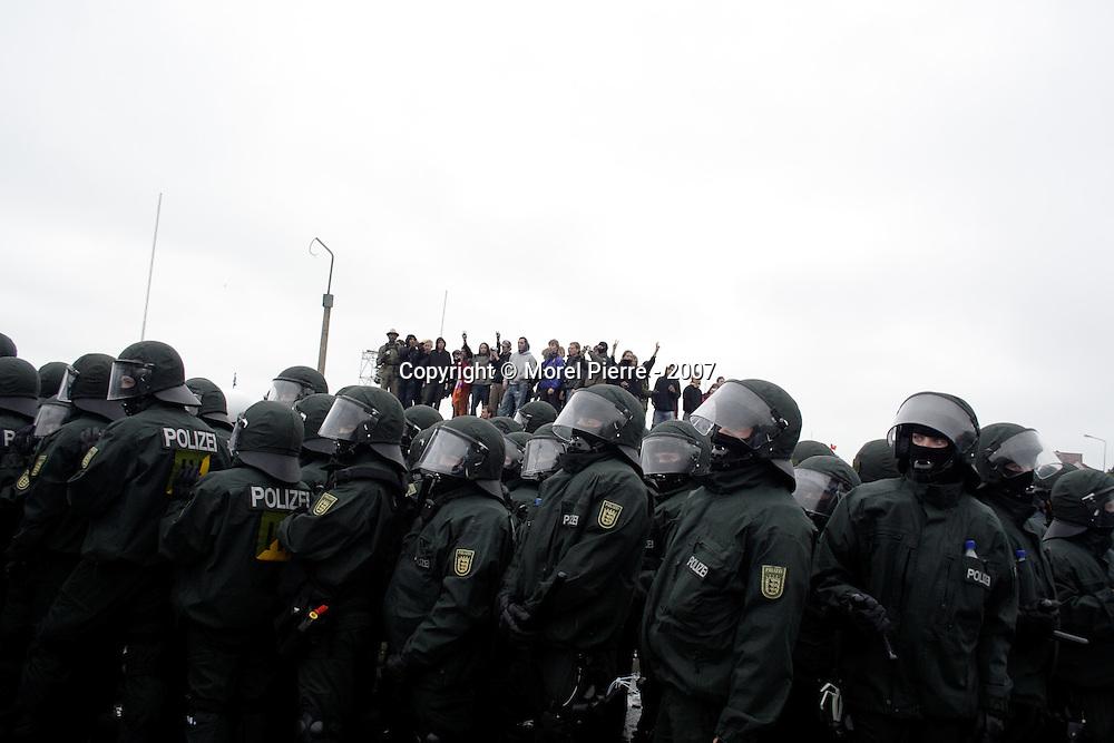 2 Juin - Rostock :  Près de 60 000 activistes sont réunis sur l'esplanade du port où se termine la manifestation internationale qui ouvre le contre sommet du G8.