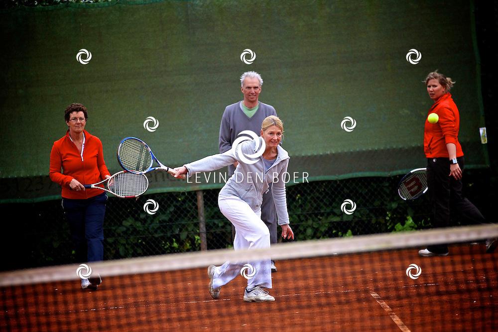 ROSSUM - Bij tennisvereniging Huros is de landelijke Open Tennisdagen gestart. Iedereen mocht even kijken hoe het is om te tennissen van de kleinste tot de volwassenen mochten het proberen. FOTO LEVIN DEN BOER - PERSFOTO.NU