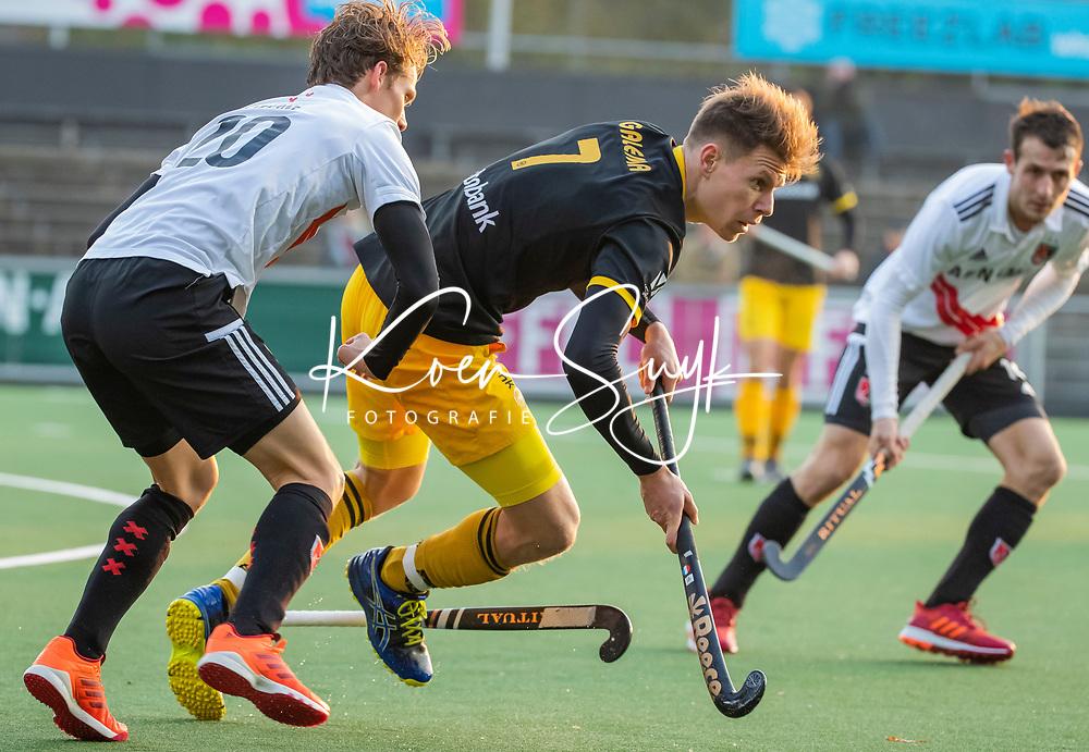 AMSTELVEEN -  Jelle Galema (Den Bosch)  met Tijn Lissone (Adam)    tijdens de competitie hoofdklasse hockeywedstrijd mannen, Amsterdam- Den Bosch (2-3).  COPYRIGHT KOEN SUYK