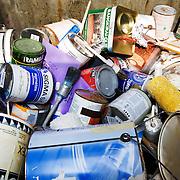 Nederland Barendrecht 30 augustus 20080830 Foto: David Rozing .Milieupark Carnisselande, op het afvalaanbiedstation kunnen afvalstoffen afkomstig van particuliere huishoudens worden aangeboden. Krat vol lege blikken verf etc..Garbage disposal, enviroment, enviromental, green initiative..Foto: David Rozing