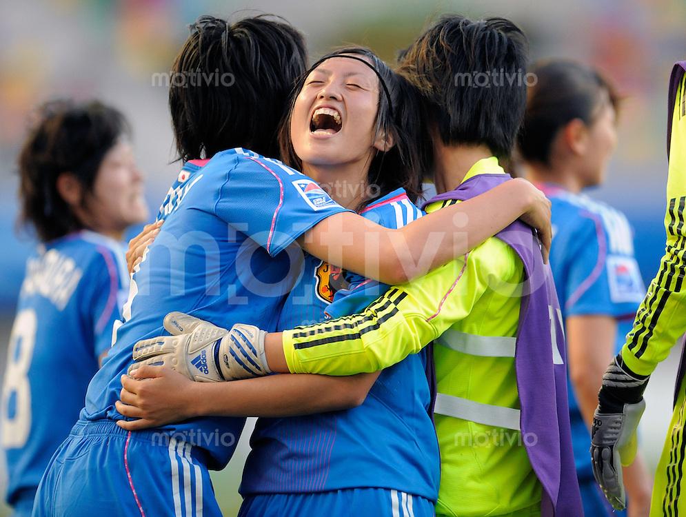 Fussball Frauen FIFA U 20  Weltmeisterschaft 2008    23.11.2008 Deutschland - Japan     Germany - Japan Kie KOYAMA (JPN) freut sich nach dem Sieg gegen Deutschland, zusammen mit Mitspielerinnen.