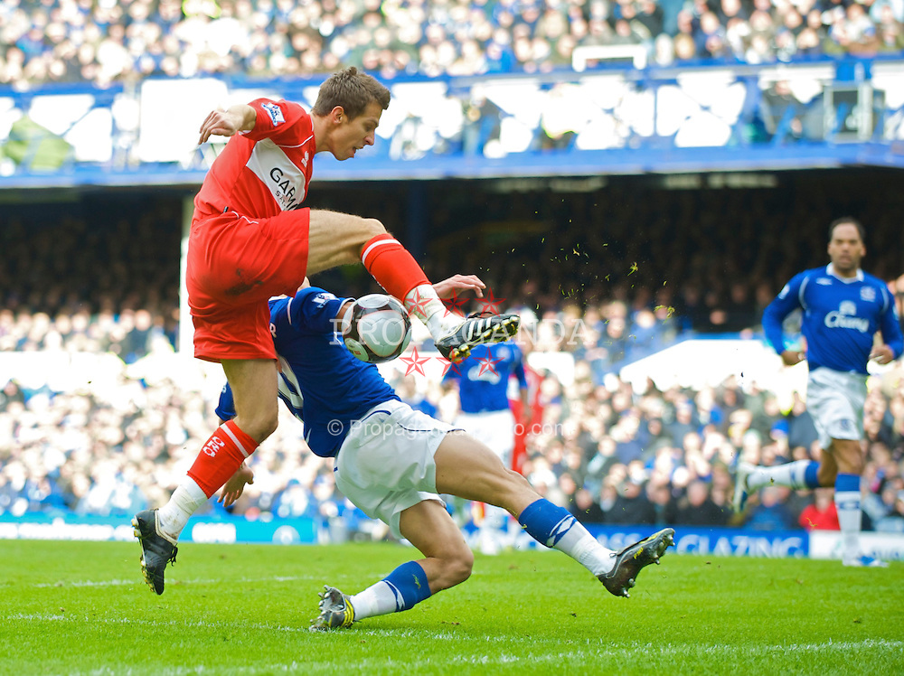 LIVERPOOL, ENGLAND - Sunday, March 8, 2009: Everton's Steven Pienaar and Middlesbrough's Gary O'Neil during the FA Cup Quarter-Final match at Goodison Park. (Photo by David Rawcliffe/Propaganda)