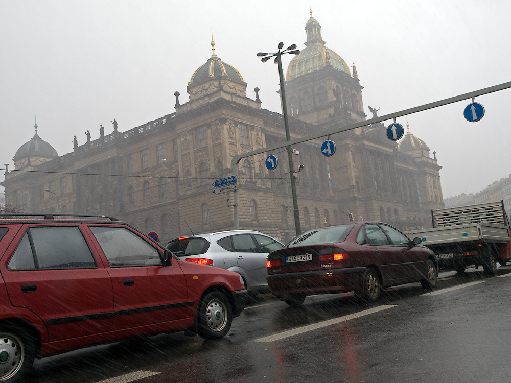 Die Prager Stadt Magistrale und das Nationalmuseum am oberen Ende des Wenzelsplatz. <br /> <br /> Prague urban landscape - the city highway (Magistral) in front of the National Museum on the top of .Wenceslas Square.