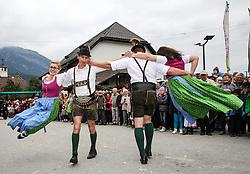 THEMENBILD - Erntedankfest, Bezirkserntedankfest für den Bezirk Liezen, im Bild ein schwungvoller Tanz, aufgeführt von Burschen in Lederhosen und Mädchen im Dirndl, aufgenommen am 27.09.2015 in Haus im Ennstal, Steiermark, Österreich // dancing young people at the harvest festival in Haus im Ennstal, Styria, Austria on 2015/09/27. EXPA Pictures © 2015, PhotoCredit: EXPA/ Martin Huber