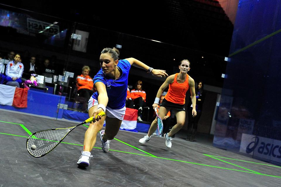 Camille Serme face à Natalie Grinham lors des  championnats du Monde 2012 de Squash par équipes féminines le 12 novembre 2012 à Nîmes.