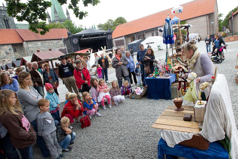 Fra historisk marked, Olavsfestdagene 2011...Trude Skagestad deltar på markedet med med hestekjerre og dukketeater. Trude både synger og forteller for store og små.