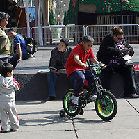 TOLUCA, México.- Niños de todas las edades salieron a las calles de Tolulca a disfrutar sus regalos de Reyes, muñecas, bicicletas, patines, carritos, pelotas, son algunos de los juguetes que obsequiaron este día. Agencia MVT / Crisanta Espinosa. (DIGITAL)