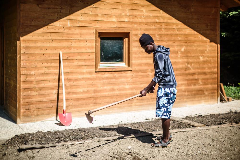 05 MAY 2016 - Prissiano (BZ) - Casa Noah, casa di accoglienza per profughi della Caritas. Lavoro in orto.