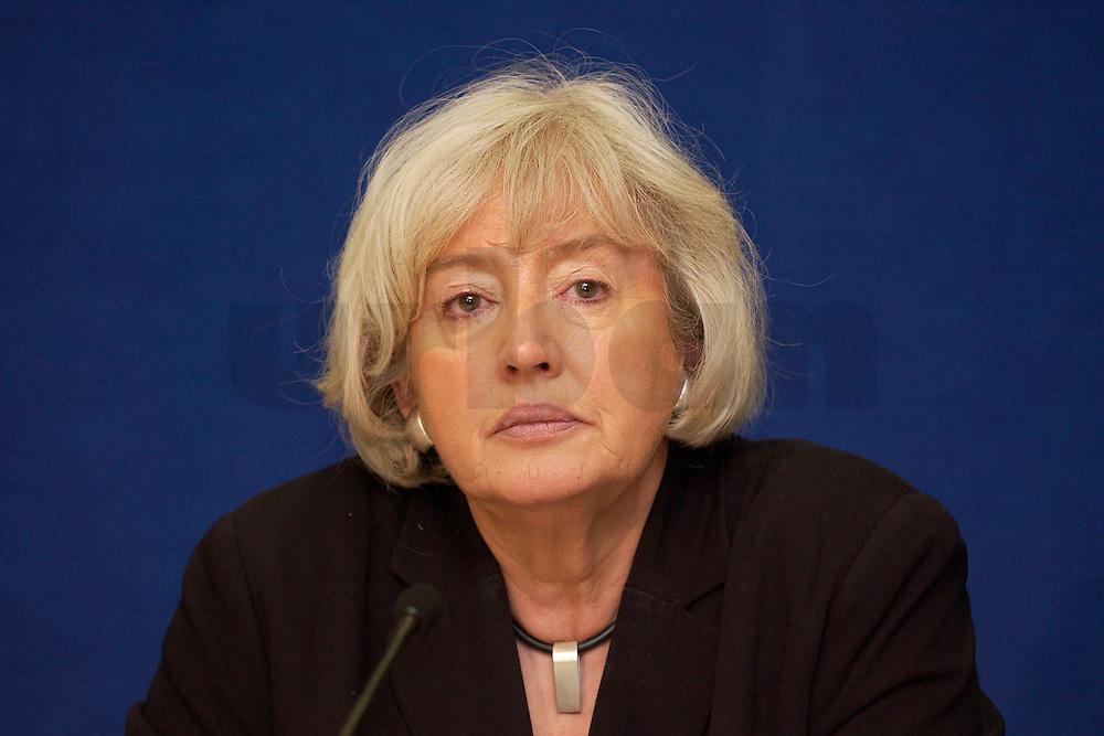 10 FEB 2004, BERLIN/GERMANY:<br /> Renate Schmidt, Bundesfamilienministerin, waehrend einer Pressekonferenz, Presseclub, Haus der Bundespressekonferenz<br /> IMAGE: 20040210-01-010