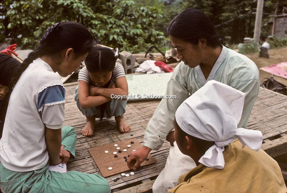 Chonhakdong traditional confucianist village  Playing a traditional korean game.    Korea   jvillage traditionnel confucianiste de Chonhakdong  jeu traditionnel coreen         Coree  //////R28/22    L2639  /  R00028  /  P0003016