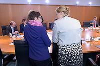 06 NOV 2019, BERLIN/GERMANY:<br /> Annegret Kramp-Karrenbauer (L), CDU, Bundesverteidigungsminister, und Franzika Giffey (R), SPD, Bundesfamilienministerin, im Gespraech, vor Beginn der Kabinettsitzung, Bundeskanzleramt<br /> IMAGE: 20191106-01-013<br /> KEYWORDS: Kabinett, Sitzung, Gespräch