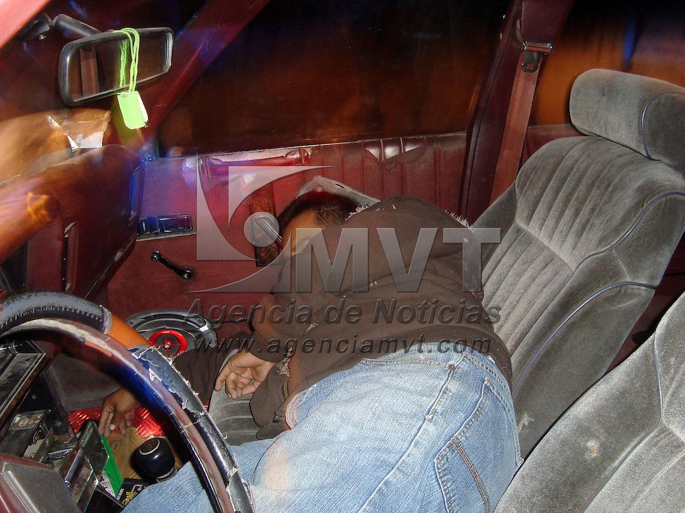 Los Reyes la Paz, Méx.- Un hombre de aprox. 40 años de edad fue encontrado muerto y con impactos de arma de fuego en el cuerpo dentro de un Automóvil Dodge Dart K color Rojo en la Calle de Tehuehuetitla en la Col. Los Reyes. Agencia MVT / Juan Garcia. (DIGITAL)
