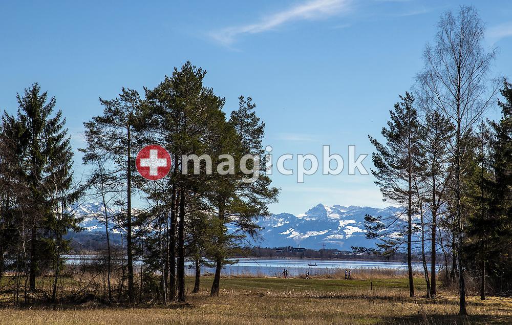 "People enjoy the nice weather on a walk around the lake ""Pfaeffikersee"" in Pfaeffikon ZH, Switzerland, Sunday, April 14, 2013. (Photo by Patrick B. Kraemer / MAGICPBK)"
