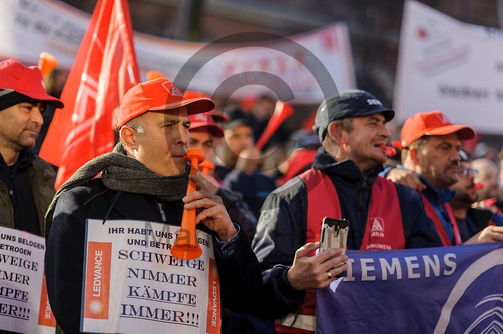 Deutschland, Berlin - 17.11.2017<br /> <br /> Teilnehmer der Demonstration. Besch&auml;ftigte von Siemens demonstrieren gegen die geplante Entlassung von Arbeitskr&auml;ften. Siemens will weltweit 6.900 Stellen streichen und einige Werke schlie&szlig;en.<br /> <br /> Germany, Berlin - 17.11.2017<br /> <br /> Participants of the demonstration. Employees of Siemens demonstrate against the planned dismissal of workers. Siemens wants to cut 6,900 jobs worldwide and close some factories.<br /> <br />  Foto: Markus Heine<br /> <br /> ------------------------------<br /> <br /> Ver&ouml;ffentlichung nur mit Fotografennennung, sowie gegen Honorar und Belegexemplar.<br /> <br /> Bankverbindung:<br /> IBAN: DE65660908000004437497<br /> BIC CODE: GENODE61BBB<br /> Badische Beamten Bank Karlsruhe<br /> <br /> USt-IdNr: DE291853306<br /> <br /> Please note:<br /> All rights reserved! Don't publish without copyright!<br /> <br /> Stand: 11.2017<br /> <br /> ------------------------------