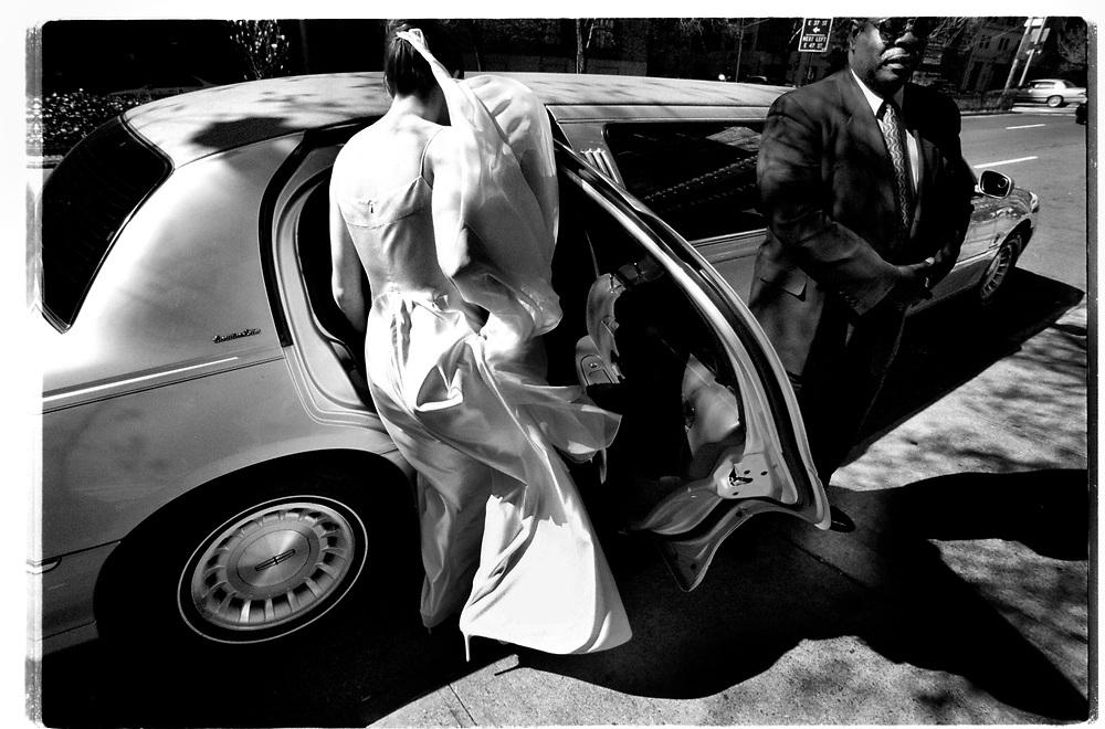 Vigseln och festen äger rum i en film- och fotostudio på Manhattans västra sida, några kvarter från hotellet där familjen och vänner tillbringat natten och förberett sig för dagens ceremoni. Med viss svårighet vinglar bruden fram till den vita limousinen i den kraftiga vårvinden....Joby Harold and Tory Tunnell's wedding in New York City..Photographer: Chris Maluszynski /MOMENT