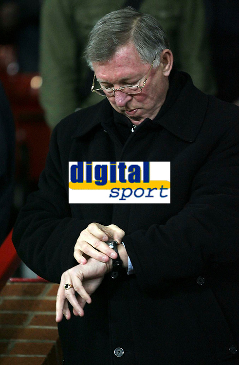Photo: Paul Thomas/Sportsbeat Images.<br /> Manchester United v Fulham. The FA Barclays Premiership. 03/12/2007.<br /> <br /> Manager Sir Alex Ferguson of Utd before kick off.