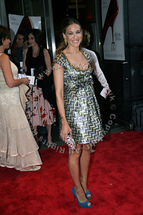 Sarah Jessica Parker posing before entering the 'The Devil Wears Prada' premiere at the AMC LOEWS in Lincoln Square, New York, USA, on Monday, June 20, 2006. **ITALY OUT**