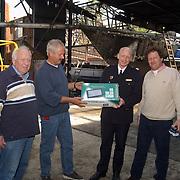 Overhandiging weerstation aan brandweer Huizen als dank brand Huizer Marina