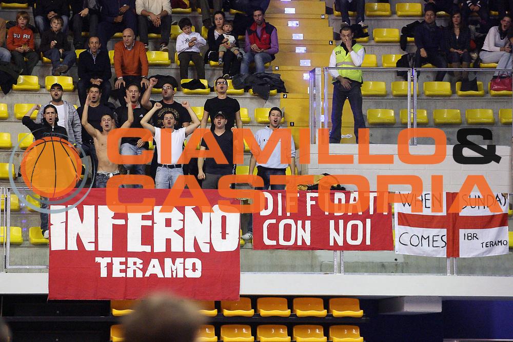 DESCRIZIONE : Biella Lega A 2009-10 Angelico Biella Banca Tercas Teramo<br /> GIOCATORE : Tifosi<br /> SQUADRA : Banca Tercas Teramo<br /> EVENTO : Campionato Lega A 2009-2010 <br /> GARA : Angelico Biella Banca Tercas Teramo<br /> DATA : 29/11/2009 <br /> CATEGORIA : Tifosi<br /> SPORT : Pallacanestro <br /> AUTORE : Agenzia Ciamillo-Castoria/S.Ceretti<br /> Galleria : Lega Basket A 2009-2010 <br /> Fotonotizia : Biella Campionato Italiano Lega A 2009-2010 Angelico Biella Banca Tercas Teramo<br /> Predefinita :