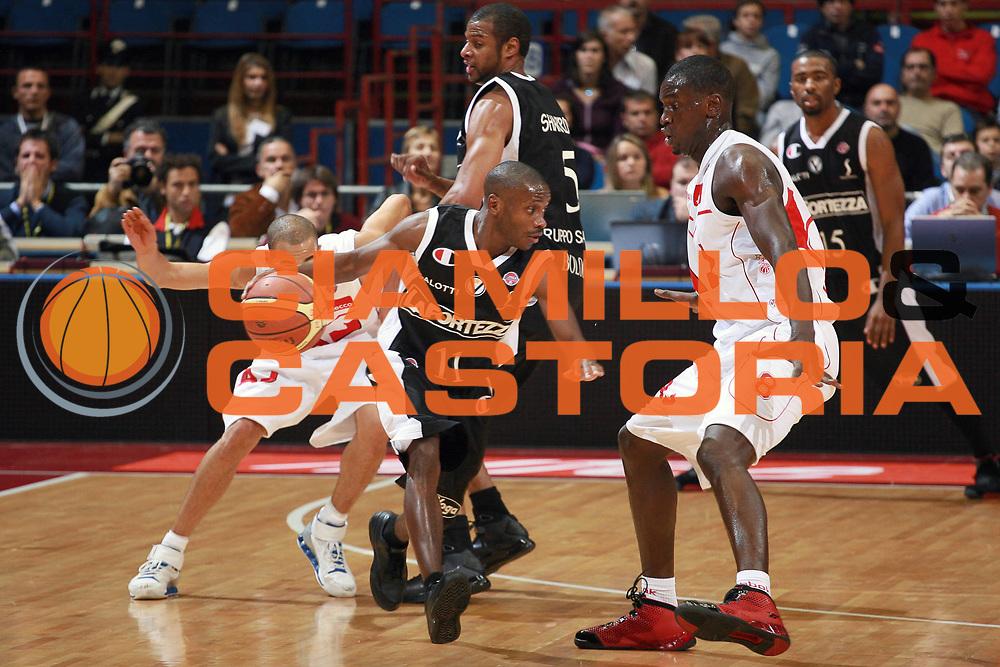 DESCRIZIONE : Milano Lega A1 2008-09 Armani Jeans Milano La Fortezza Virtus Bologna<br /> GIOCATORE : Earl Boykins<br /> SQUADRA : La Fortezza Virtus Bologna<br /> EVENTO : Campionato Lega A1 2008-2009<br /> GARA : Armani Jeans Milano La Fortezza Virtus Bologna<br /> DATA : 19/10/2008<br /> CATEGORIA : Palleggio<br /> SPORT : Pallacanestro<br /> AUTORE : Agenzia Ciamillo-Castoria/S.Ceretti