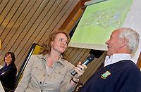 VLAARDINGEN - - Opganisator Liz Wijma met Bob Davidson. links Elsemieke Havenga. COPYRIGHT KOEN SUYK