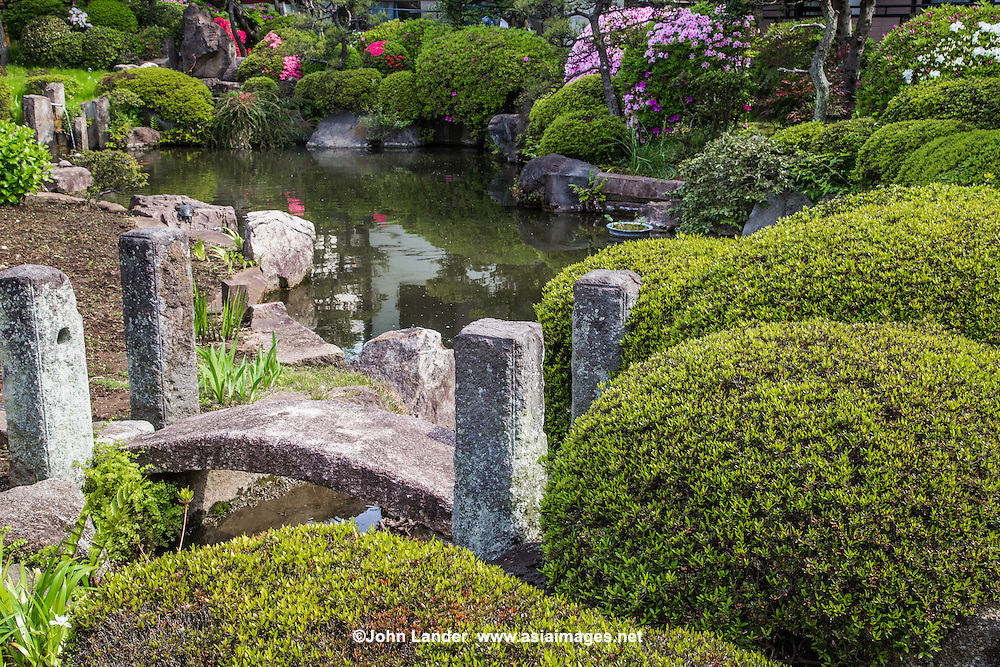 Tozenji is one of hte oldest temples in the Yokohama area, dating back to the 13th century.  Little is known about the originals of its pond garden, which has been preserved trhough the centuries.