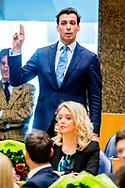 DEN HAAG - Thierry Baudet (FvD)  legt de eed af tijdens de installatie van de nieuwe Kamerleden na de Tweede Kamerverkiezingen.  ROBIN UTRECHT<br /> democratie formatie holland installatie kabinetsformatie kamerleden kiezen nieuwe partijpolitiek politicus politiek tk2017 van