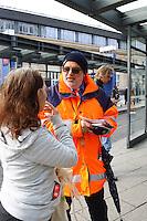 Mannheim. 01.03.17 | BILD- ID 083 |<br /> Innenstadt. Plankenumbau. Auswirkungen auf den Stra&szlig;enbahnverkehr. Am Hauptbahnhof informieren rnv Mitarbeiter &uuml;ber die Plan&auml;nderungen und Streckenverbindungen.<br /> - rnv Mitarbeiter G&uuml;nter Daum<br /> Bild: Markus Prosswitz 01MAR17 / masterpress (Bild ist honorarpflichtig - No Model Release!)