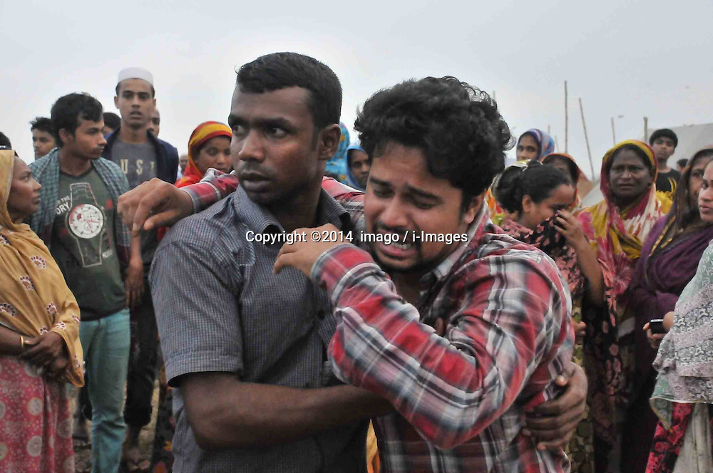 61530166<br /> A man cries when he identifies his relative s body after the ferry accident in Munshiganj district, Dhaka, Bangladesh, May 16, 2014. Bangladesh rescuers have dragged out 10 more bodies, raising the death toll to 22 in the ferry accident on river Meghna, after it sank in storm on Thursday afternoon Friday, 16th May 2014. Picture by  imago / i-Images<br /> UK ONLY