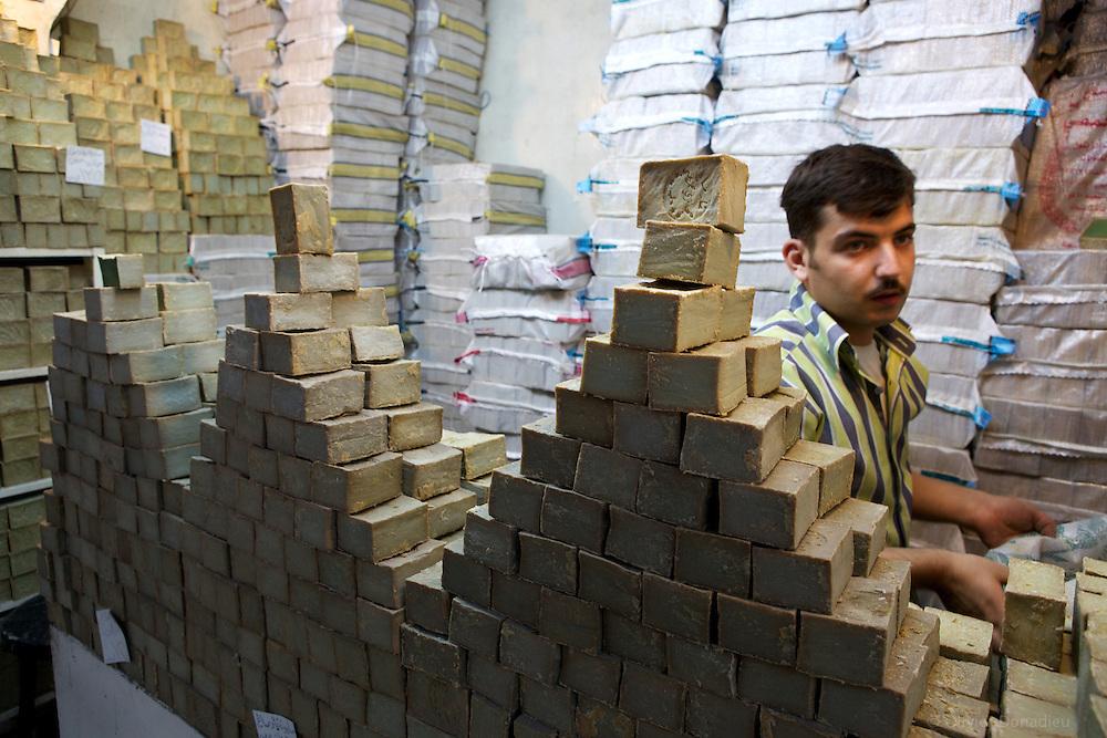 Soap shop in Aleppo, Syria. Vendeur de savons d'Alep, Syrie.