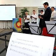 NLD/Almere/20070607 - Leger des heils presentatie nieuw liederenboek optreden brass ensemble Spoordreef 10 Almere, zanggroepje onder leiding van Roel van Kesteren