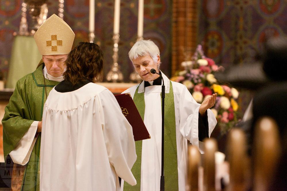 Annemieke Duurkoop gaat voor in gebed tijdens de mis. Op zondag 31 oktober is in de Getrudiskathedraal in Utrecht  Annemieke Duurkoop als eerste vrouwelijke plebaan van Nederland ge&iuml;nstalleerd. Duurkoop wordt de nieuwe pastoor van de Utrechtse parochie van de Oud-Katholieke Kerk (OKK), deze kerk heeft geen band met het Vaticaan. Een plebaan is een pastoor van een kathedrale kerk, die eindverantwoordelijk is voor een parochie. Eerder waren bij de OKK al twee vrouwelijk priesters ge&iuml;nstalleerd, maar die zijn geen plebaan.<br /> <br /> Dean Annemieke Duurkoop is saying a prayer. At the St Getrudiscathedral in Utrecht the first female dean of the Old-Catholic Church (OKK), Annemieke Duurkoop, is installed together with a new pastor Bernd Wallet. The church has no connections with the Vatican.