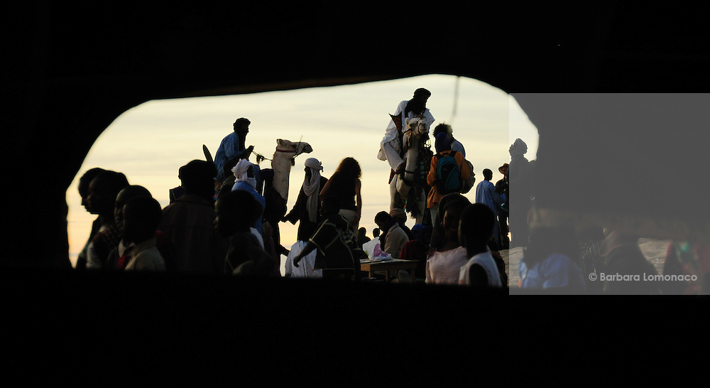 Glimps on the public attending the Festival au Désert from a tent hole. Timbuktu 2010
