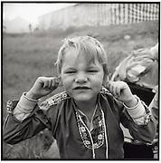Bub in Trachtenhemd macht Grimasse, boy making a face to the photographer, garçon fait un grimasse au photographe