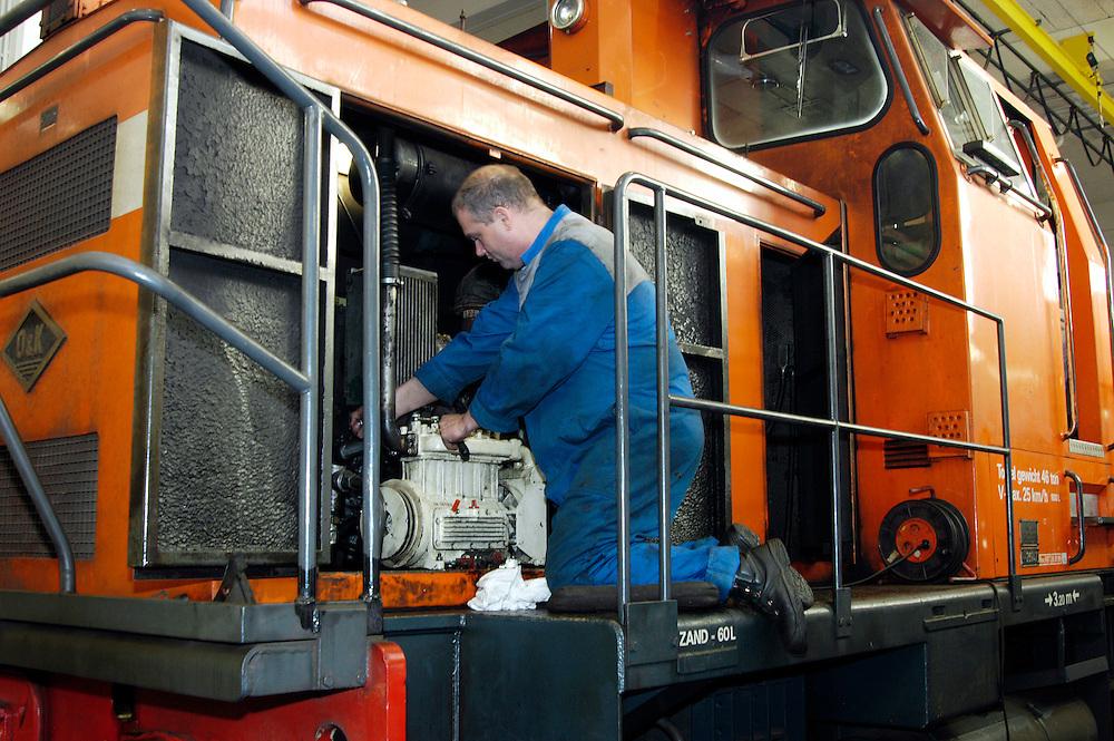Nederland, Geleen, 20031208..Brian Putmans, werkzaam bij het onderhoudsbedrijf Shunter bij DSM. Shunter doet de onderhoud van de treinen  voor Railion bij DSM..DSM, Chemelot, in Geleen. Chemiefabriek.goederenvervoer door vervoerder Railion.