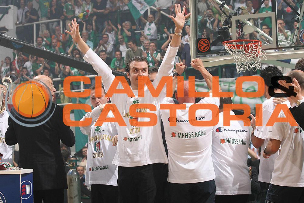 DESCRIZIONE : Siena Lega A1 2007-08 Playoff Finale Gara 5 Montepaschi Siena Lottomatica Virtus Roma <br /> GIOCATORE : Simone Pianigiani Palco <br /> SQUADRA : Montepaschi Siena<br /> EVENTO : Campionato Lega A1 2007-2008 <br /> GARA : Montepaschi Siena Lottomatica Virtus Roma<br /> DATA : 12/06/2008 <br /> CATEGORIA : esultanza premiazione<br /> SPORT : Pallacanestro <br /> AUTORE : Agenzia Ciamillo-Castoria/M.Marchi<br /> Galleria : Lega Basket A1 2007-2008 <br /> Fotonotizia : Siena Campionato Italiano Lega A1 2007-2008 Playoff Finale Gara 5 Montepaschi Siena Lottomatica Virtus Roma  <br /> Predefinita :
