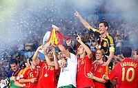 FUSSBALL EUROPAMEISTERSCHAFT 2008  Deutschland 0-1  Spanien    29.06.2008 JUBEL ESP,  David Villa, Sergio Ramos mit EURO Pokal, Coupe Henri Delaunay   Ruben de la Red, Fernanod Torres, Torwart Iker Casillas und Cesc Fabregas (v.li.)
