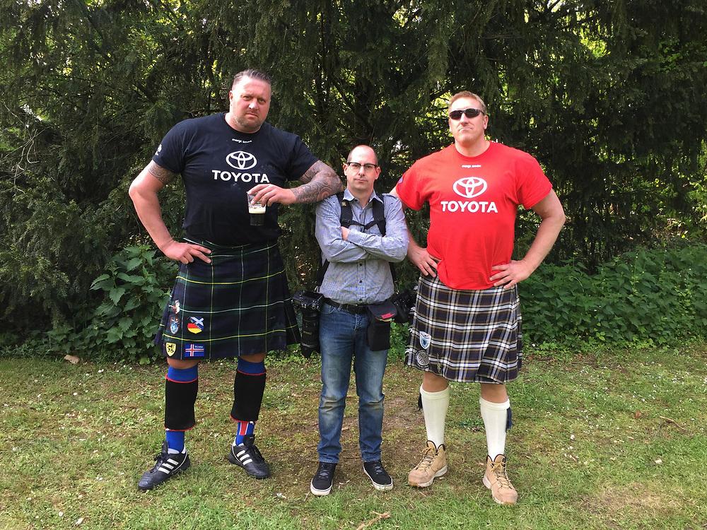 Fotograaf Gerrit de Heus tussen twee highlanders.