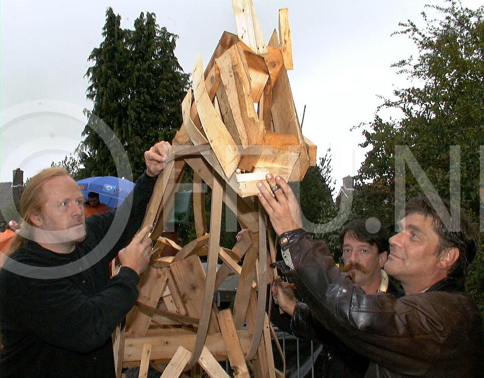 Fotografie Frank Uijlenbroek©1999/Frank Brinkman.99-08-20 heino ned.kunstenaars bezig met houten paard vlnr gijs dragt,rene van der hoofd en andre lange.