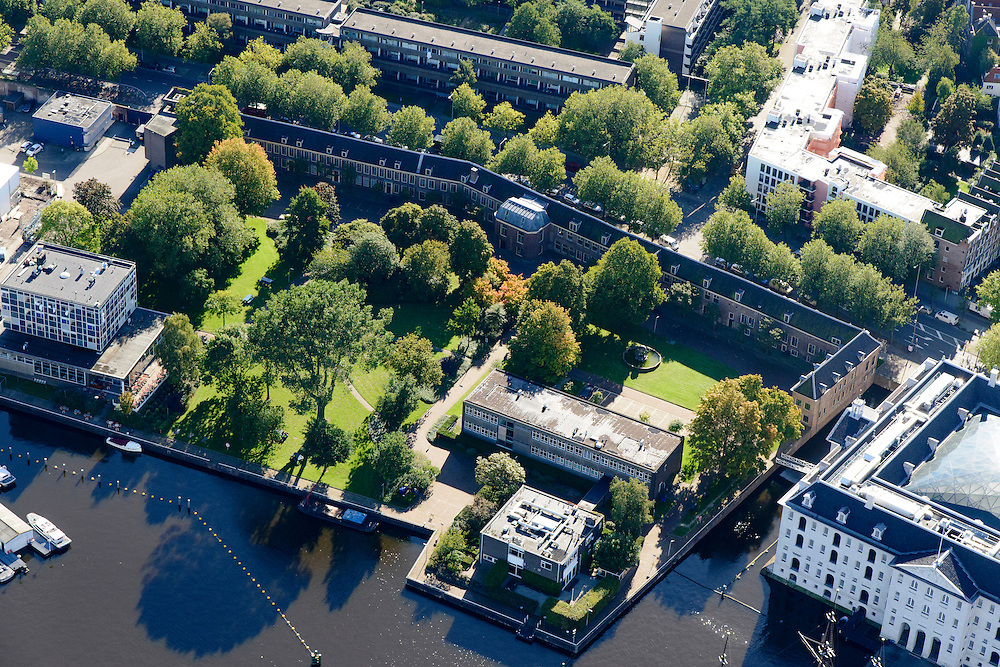 Nederland, Noord-Holland, Amsterdam, 27-09-2015; Kattenburg, de Voorwerf van het Marineterrein met Pension Homeland en Commnadantswoning, rechts Scheepvaartmuseum. <br /> View on Navy area (center) and the National Maritime Museum (left, white building). <br /> <br /> luchtfoto (toeslag op standard tarieven);<br /> aerial photo (additional fee required);<br /> copyright foto/photo Siebe Swart