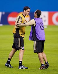 MADRID, SPAIN - Tuesday, October 21, 2008: Liverpool's Albert Riera and Javier Mascherano during training at the Vicente Calderon ahead of the UEFA Champions League Group D match against Club Atletico de Madrid. (Photo by David Rawcliffe/Propaganda)