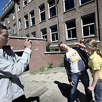 Nederland, amsterdam , 3 juni 2010..Leerlingen van Montessori Lyceum Amsterdam MLA maken filmpjes van elkaar..Oud leerlingen die in de filmbusiness zijn beland geven vandaag een kijkje in hun beroepswereld d.m.v. leerlingen leren filmcamera te hanteren, acteren montage etc....Het Montessori Lyceum is hofleverancier van creatief talent..Foto:Jean-Pierre Jans