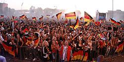 23.06.2010, Heiligengeistfeld, Hamburg, GER, Fifa WM 2010, Public Viewing Deutschland vs. Ghana, im Bild Public Viewing auf Deutschlands auf Hamburgs Fanmeile mit 70.000 Zuschauern bei Deutschland vs. Ghana, EXPA Pictures © 2010, PhotoCredit: EXPA/ nph/  Kohring