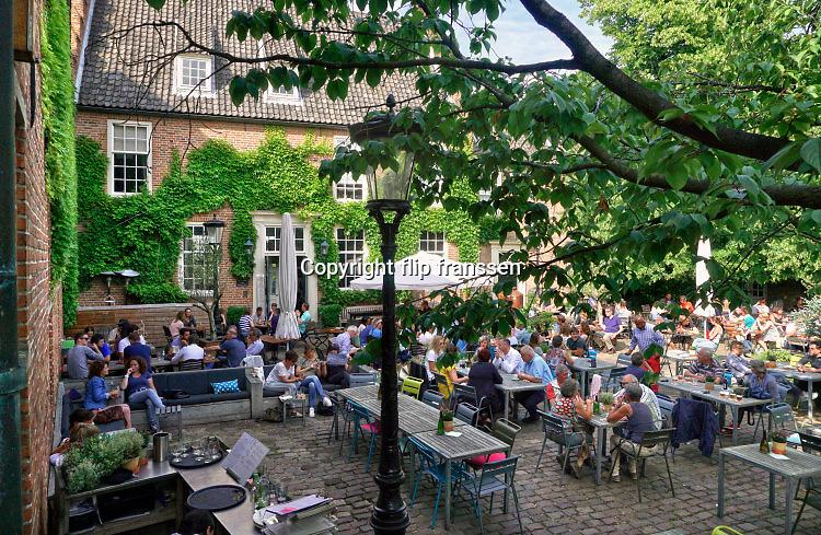 Nederland, Nijmegen, 11-6-2016Recreatie, ontspanning,  in de binnenstad. Rust en  sfeer op de Franse Plaats, een van de weinige middeleeuwse plekjes in de stad. Foto: Flip Franssen