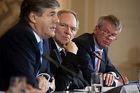 04 MAY 2010, BERLIN/GERMANY:<br /> Josef Ackermann (L), Vorstandsvorsitzender Deutsche Bank AG, Wolfgang Schaeuble (M), CDU, Bundesfinanzminister, und Wolfgang Kirsch (R), Vorstandsvorsitzender DZ Bank AG, Pressekonferenz nach einem Gespraech von Vertretern deutscher Bankinstitute mit Schaeuble zu Stuetzung Griechenlands in der Finanzkrise<br /> IMAGE: 20100504-01-039<br /> KEYWORDS: Wolfgang Schäuble, Staatsbankrott