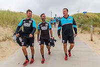 BERGEN AAN ZEE - 25-07-2016, strandtraining AZ, Assistent trainer Dennis Haar, Nick van Aart, AZ trainer John van den Brom