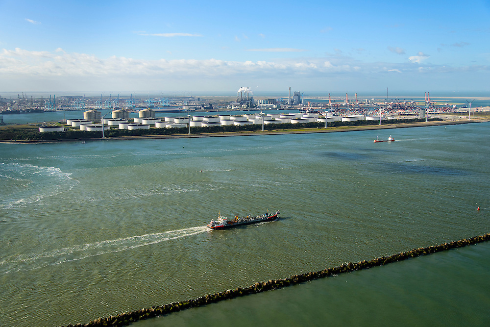 Nederland, Zuid-Holland, Rotterdam, 23-10-2013; sleephopperzuiger verlaat de haven van Rotterdam via de Nieuwe Waterweg. In de achtergrond de Petroleumhaven en de eerste Maasvlakte.<br /> A TSHD leaves the Port of Rotterdam via the Nieuwe Waterweg. In the back oil storage and container terminal.<br /> luchtfoto (toeslag op standard tarieven);<br /> aerial photo (additional fee required);<br /> copyright foto/photo Siebe Swart