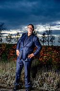 HOUTEN - portret Emile  ratelband , Emile Ratelband wil zijn leeftijd laten veranderen Het paspoort en rijbewijs van Emile Ratelband geven 69 jaar aan. Hijzelf houdt het eerder op 49 jaar, of misschien nog wel wat jonger. Daarom wil hij die officiële leeftijd laten aanpassen in zijn 'gevoelsleeftijd'. In die opvatting wordt hij naar eigen zeggen ondersteund door medische en psychische rapportages ROBIN UTRECHT