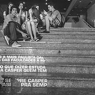 São Paulo, Brasil - 01 de setembro de 2015: Pessoas usam o celular na escadaria da faculdade Casper Libero - Av. Paulista.   Foto: CAIO GUATELLI